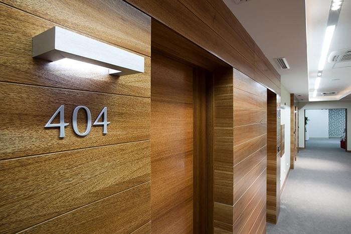 Segnaletica interna ed esterna in hotel for Hotel numero